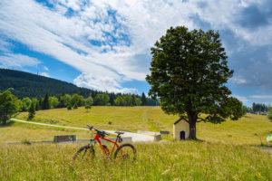 Rower elektryczna na łące przy kapliczce na Czarnej Górze