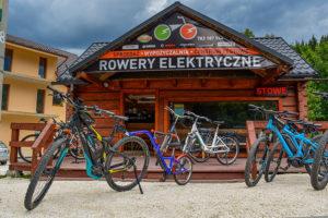 Siedziba wypożyczalni rowerów wraz z rowerami górskimi